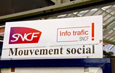 © Sebastien JARRY/MAXPPP; 09/10/2015. LILLE. GARE LILLE FLANDRES et GARE LILLE EUROPE. GREVE A LA SNCF. La CGT et Sud RAIL ont appelé les salariés de la SNCF à cesser le travail pour participer à la journée de mobilisation contre la réforme du code du travail et pour la défense des salaires. (MaxPPP TagID: maxnewsworldthree851208.jpg) [Photo via MaxPPP]