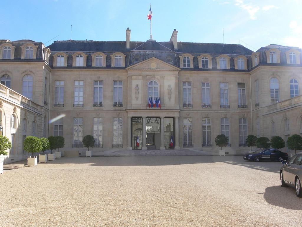 1920px-Paris_-_palais_de_l'Élysée_~_cour_02