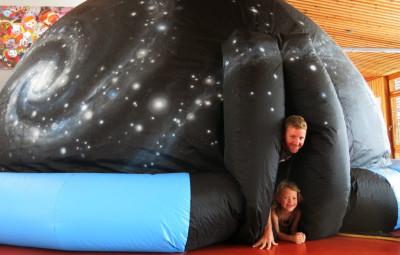 Romain Altmann propose de découvrir les étoiles à l'intérieur de son planétarium mobile.