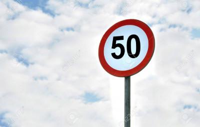 6440633-signe-de-limitation-de-vitesse-de-50-km-h-isolé-sur-le-ciel